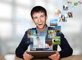 Portret młodego szczęśliwym człowiekiem dzielenie jego zdjęcie i wideo akta w — Zdjęcie stockowe