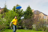 Man playing frisbee at his backyard — Stock Photo