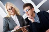 Entreprise jeune et beau travaillent au bureau. — Photo