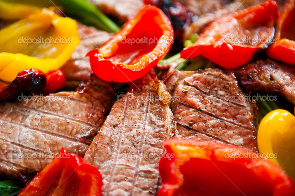 烧烤肉类与蔬菜和绿色 - 图库图片