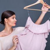 Portret van vrij modieuze vrouw probeert nieuwe kleren. mode — Stockfoto