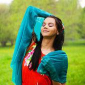 Deszcz enjjoying kobieta lato park, ona jest wolna i szczęśliwa — Zdjęcie stockowe