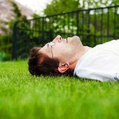 Yakın çekim beyaz gömlek yalan genç iyi görünümlü adam portresi — Stok fotoğraf