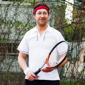 彼の家の彼の裏庭でテニス成熟した男 — ストック写真