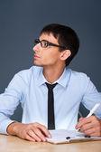 Portret van een volwassen bedrijf man zit in het kantoor en ondertekening documen — Stockfoto