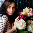 Beautiful fashionable woman near bouquet of beautiful flowers — Stock Photo