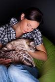 Feliz joven con gato, relajado en el sofá puff. — Foto de Stock