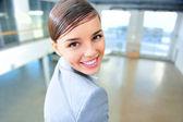 Un ritratto di una donna d'affari di giovani in un nuovo ufficio — Foto Stock