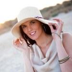 Noel şapka gösteren kalp şekli giyen genç güzel kadın — Stockfoto