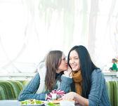 Duas lindas mulheres tomando café, almoçando e conversando no café — Foto Stock