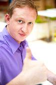 显示标志竖起大拇指英俊的年轻男子的画像 — 图库照片