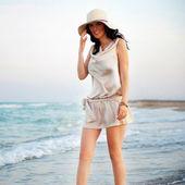 麦わら帽子をかぶっていると楽しいで笑顔の若い女性であります。 — ストック写真