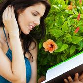 Mulher adulta muito relaxada, lendo um livro no parque — Foto Stock