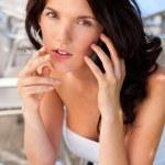 telefon bir kadın oturmuş portre rahat açık havada café'de ve — Stok fotoğraf #9931570