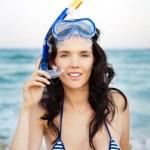 Genç Latin asıllı kadın bir şnorkel duran o ve ıslak deri ile — Stok fotoğraf #9931940