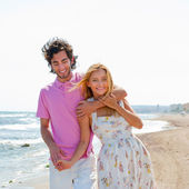 Couple at the beach holding hands and walking. Sunny day, bright — Stock Photo