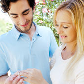 Счастливый испаноязычное юноша, дарить кольцо для красивая удивлен — Стоковое фото