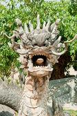 Estatua del dragón de piedra en el templo del buda - dalat, vietnam — Foto de Stock