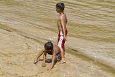 Děti hrají řeka ii — Stock fotografie