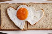 Love shape fried egg — Stock fotografie