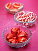 Cukroví na desku na červené barvy pozadí — Stock fotografie