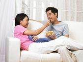Mujer toma un pedazo de bocado del tazón de fuente que tiene a su marido — Foto de Stock