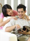 Jeune homme en massage par son épouse — Photo