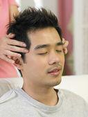 Jovem sendo massagem por seu cônjuge — Foto Stock