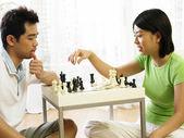 Paar schaken thuis — Stockfoto