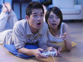 Par spela Tv-spel hemma — Stockfoto