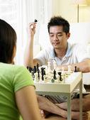 夫妇 challanging 彼此在国际象棋游戏 — 图库照片