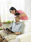 Jonge vrouw haar echtgenoot masseren — Stockfoto