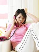 年轻女子在电话上交谈 — 图库照片
