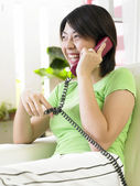 Young woman having a conversation on the phone — Foto Stock