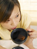 Young lady holding a cup of tea — Stock Photo