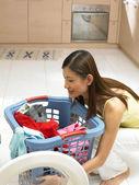 Giovane signora con il suo bucato — Foto Stock