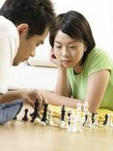 Casal jogando xadrez no chão — Foto Stock
