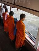 Tailandia, bangkok, tres jóvenes monjes budistas en un ferry que cruza el río chao phraya — Foto de Stock