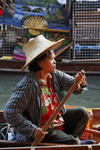 Thailand, Bangkok, a Thai woman on her boat at the Floating Market — Foto de Stock