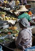 Thailand, bangkok, een thaise rather op een boot op de drijvende markt — Stockfoto