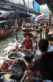 Thailandia, bangkok, barche di legno tailandese presso il mercato galleggiante — Foto Stock