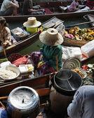 Thailand, Bangkok, Thai woman cutting mango fruits on a wooden boat at the Floating Market — Stock Photo