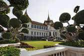 Thailand, Bangkok, Imperial Palace, Imperial city, the facade of the Palace and the garden — Stock Photo