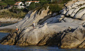 Italy, Tuscany, Elba Island, fishermen on the island's rocks — Stock Photo