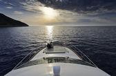 Italy, isola d'elba, coppia su uno yacht di lusso al tramonto — Foto Stock