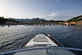 Italia, isla de elba, vista de porto azzurro de un yate de lujo — Foto de Stock