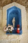 Italia, isla de elba, porto azzurro, pequeña estatua de la virgen — Foto de Stock