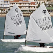 Young kids training on optimist sailboats — Stock Photo