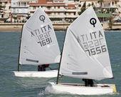 Young kids training on optimist sailboats — Stock Photo