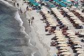Włochy-wyspa elba, zatłoczonej plaży w pobliżu porto azzurro — Zdjęcie stockowe
